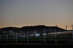 日没時の多摩川を渡るEF64