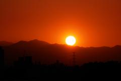 四月の夕陽と奥多摩の山並み