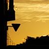 「止まれ」の標識と夕空