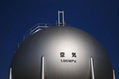 蒼い空の下で銀色に輝く空気(真空)のタンク