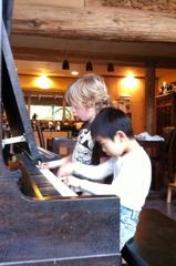 Play a duet:連弾