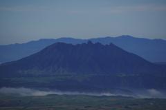 朝の阿蘇根子岳