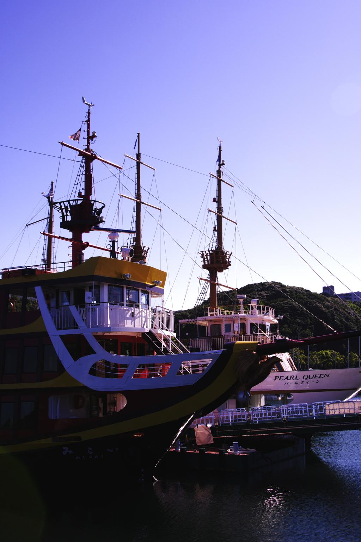 朝日を浴びる遊覧船