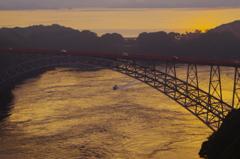 朝日が差す西海橋