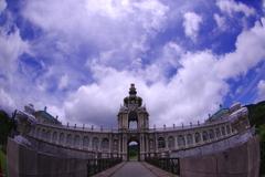 梅雨の晴れ間の宮殿