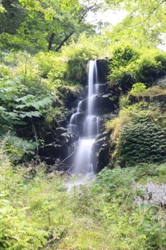 豊原の滝(左)