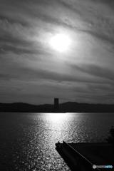 夕陽が照らす琵琶湖と釣り人