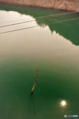 ダム湖に映る朝日