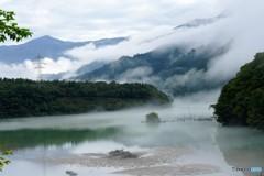 霧とダム湖