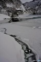 凍るダム湖