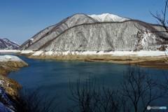 春が近いダム湖2(ゆきどけ間近)