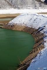 春が近いダム湖3(水位が下がる)