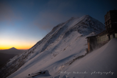 明るい兆し、薄明に向かう赤岳、浮かぶ富士