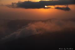 雲に染み入る夕陽