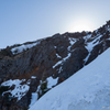 粗削りの岩肌、稜線に向かって