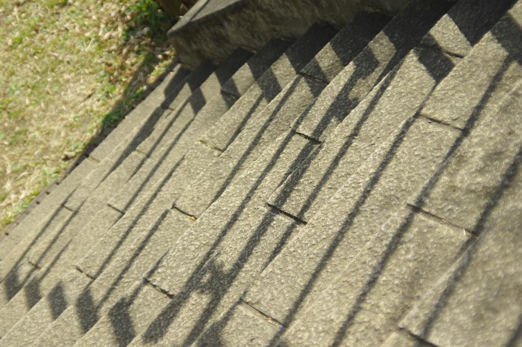 階段の手すりの影