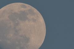 ギリギリの昼間の月