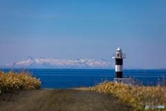 ノッカマップ灯台と国後島の残雪