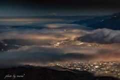 雲海と街灯り