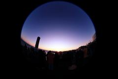 根室の初日の出を見る人