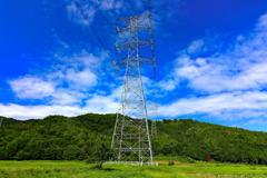 夏空の送電線鉄塔