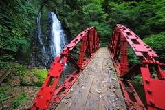 渓流を跨ぐ赤い橋