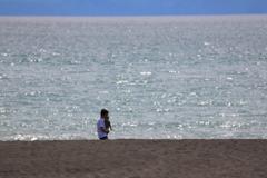 親子、海岸で