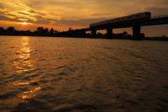 夕刻の宮川鉄橋を行く