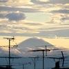 都内の住宅地から望む富士の雲海