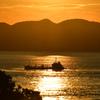 船は夕陽を渡る。
