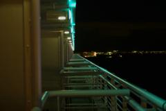 夜のテラス。
