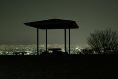 夜の東屋。