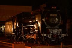 夜の機関車。