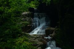 滝の情景。