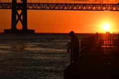 夕陽に釣り人。