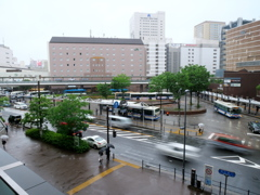 雨の日の駅前