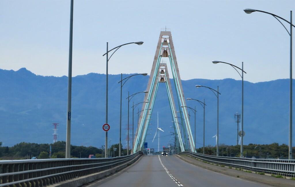 アーチ橋の中の風力発電機
