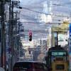 市電の街並みと、遠くに大倉山ジャンプ台