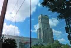 札幌散歩66 青空も写り込み