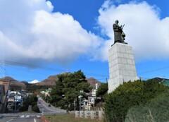 高田屋喜兵衛像と函館山