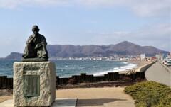啄木像と函館山