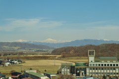 新冠町役場と日高山脈