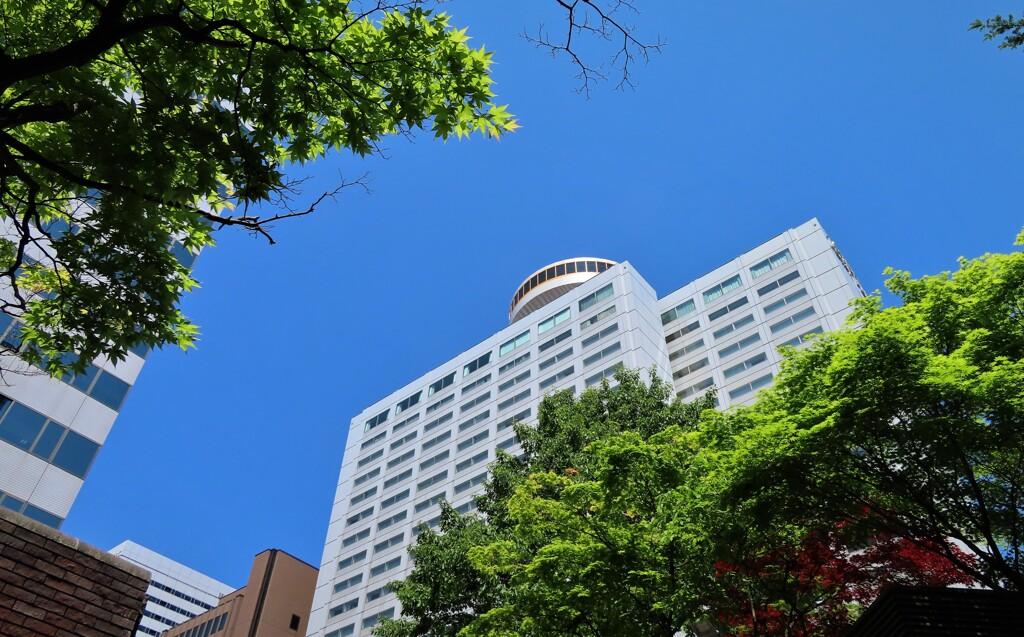 青い空とホテル