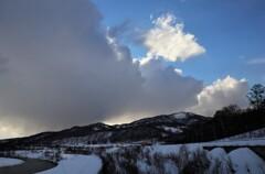 雲に追われる青空