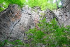 「不動滝とそびえ立つ岩壁」②