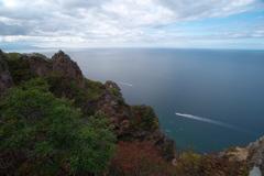 奇岩と海と…