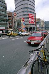 新宿3丁目にいた赤のサーブ