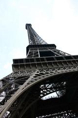 エッフェル塔を見上げて