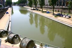 運河沿いのテント村