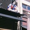 屋根の上の歌舞伎役者